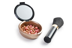 Bronzende parels en make-upborstel Stock Afbeelding