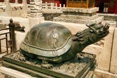 Bronzeschildkröte, die auf einem Sockel in der Verbotenen Stadt in Peking sitzt lizenzfreies stockfoto