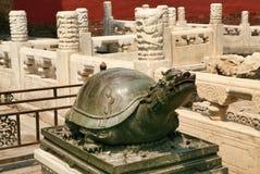 Bronzeschildkröte, die auf einem Sockel in der Verbotenen Stadt in Peking sitzt lizenzfreie stockfotos