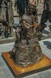 Bronzeskulptur des weiblichen Kindes auf dem Rembrandt-Quadrat an einem sonnigen Tag in Amsterdam Lizenzfreie Stockfotografie