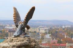 Bronzeskulptur eines Adlers, der eine Schlange kämpft Offizielles Symbol der kaukasischen Mineralwässer Pyatigorsk, Russland Lizenzfreies Stockbild