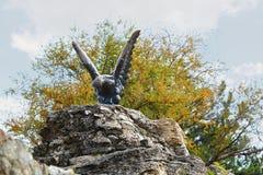 Bronzeskulptur eines Adlers, der eine Schlange kämpft Pyatigorsk, Russland Lizenzfreie Stockfotografie