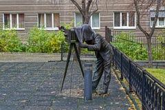 Bronzeskulptur eines Fotografen mit einer Weinlesekamera im Park lizenzfreie stockfotos