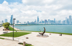Bronzeskulptur gelegen auf dem Michigansee, Chicago, USA Stockbilder