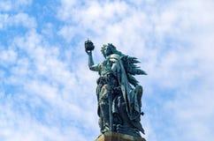 Bronzeskulptur: Germania-Zahl, welche die Krone des Kaisers und der Kaiserklinge hält Stockbilder