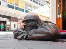 Bronzeskulptur nannte Mann bei der Arbeit, Bratislava, Slowakei Stockfotografie