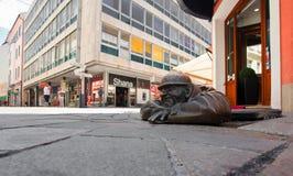 Bronzeskulptur nannte Mann bei der Arbeit, Bratislava, Slowakei Lizenzfreies Stockbild