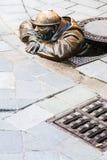 Bronzeskulptur von Cumil der Peeper in Bratislava Stockfoto