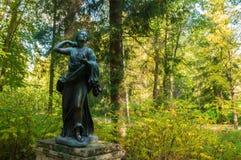 Bronzeskulptur von Niobida Sterben an einem Pfeil von Artemida Alter Silvia-Park in Pavlovsk, St Petersburg, Russland Lizenzfreie Stockfotos