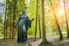 Bronzeskulptur von Niobida Sterben an einem Pfeil von Artemida Pavlovsk-Park in Pavlovsk, St Petersburg, Russland Lizenzfreie Stockfotos