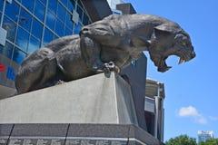 Bronzestatue Carolina Panthers stockfotos