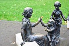 Bronzestatue der Frau und der Kinder Stockfotografie