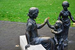 Bronzestatue der Frau und der Kinder Lizenzfreie Stockfotos