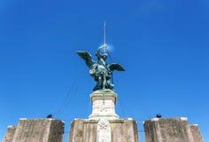 Bronzestatue des Erzengels Michael auf Castel Sant Ang Stockbilder