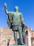 Bronzestatue des Kaisers Nerva im Forum Romanum, Rom, Italien stockbilder