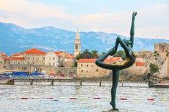 Bronzestatue einer Ballerina auf dem Mogren-Strand Budva, Montenegro Lizenzfreies Stockfoto