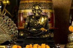 Bronzestatue eines meditierenden Mönchs stockfotos