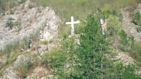 Bronzestatue und Kreuz auf dem Hügel stock footage
