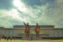 Bronzestatue von Kim Il Sung und von Kim Jong Il in Mansudae, Pjöngjang, Nordkorea lizenzfreie stockfotos