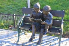 Bronzestatuen von Kindern Stockbild