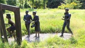 Bronzestatuen von Männern und von Frauen Stockbild