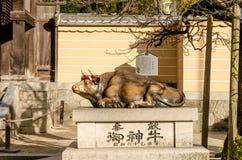 Bronzestierstatue in Dazaifu-Schrein in der Präfektur Fukuoka lizenzfreie stockfotografie
