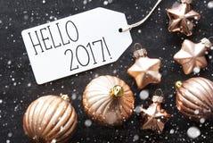 Bronzeweihnachtsbälle, Schneeflocken, Text hallo 2017 Lizenzfreie Stockbilder