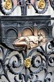 Bronzezahl des Heiligen auf dem Zaun der Kathedrale von St. Vitus in Prag, Tschechische Republik stockbilder