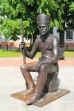 Bronzezahl des russischen Soldaten, der auf einer Trommel sitzt Lizenzfreie Stockbilder