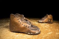 Bronzfärgat behandla som ett barn skor Royaltyfria Foton