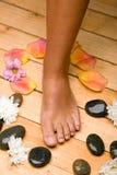 Bronzierter Fuß an Bord des Fußbodens Lizenzfreie Stockfotos