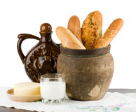 Brood dat met melk en kaas wordt geplaatst Stock Foto
