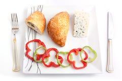 Brood dat met schimmelkaas wordt gevuld Stock Foto's