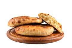 Brood dat op de houten raad wordt geïsoleerdt stock foto's