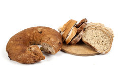 Brood dat op witte achtergrond wordt geïsoleerde Stock Foto