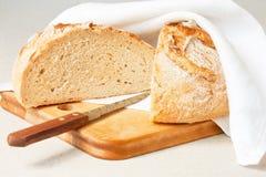 Brood in de helft wordt gesneden die Royalty-vrije Stock Afbeelding