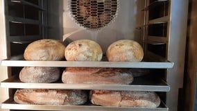 Brood in de oven wordt gebakken die stock video