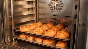Brood in de oven wordt gekookt die De bakkerij van het brood stock footage