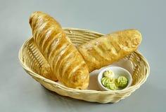 Brood in een mand Stock Afbeelding