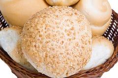 Brood in een rieten die mand op witte achtergrond wordt geïsoleerd Royalty-vrije Stock Foto's