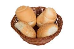 Brood in een rieten die mand op witte achtergrond wordt geïsoleerd Royalty-vrije Stock Fotografie