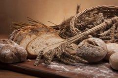 Brood en broodjes met bruine achtergrond Royalty-vrije Stock Fotografie