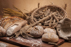 Brood en broodjes met bruine achtergrond Stock Foto