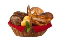 Brood en broodjes in rieten die mand op wit wordt geïsoleerd Stock Afbeeldingen