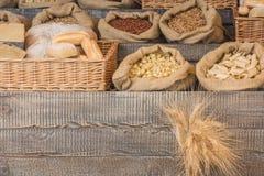 Brood en deegwarengroep op een rustieke houten worktop met exemplaar ruimte, gezond het eten concept royalty-vrije stock afbeelding