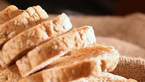 Brood en gehele tarwe stock video