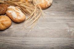 Brood en houten lijst stock afbeeldingen