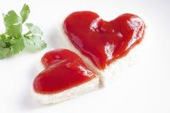 Brood en ketchup in vorm van hart Royalty-vrije Stock Foto's