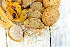 Brood en koekjeshaver met zemelen aan boord van bovenkant stock foto