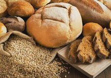 Brood en korrels op de houten lijst wordt verspreid die Stock Afbeelding